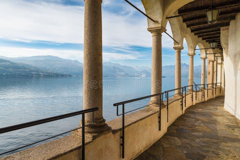 Colonnade d'un ermitage antique Lac Maggiore d'ermitage de siècle de Santa Caterina del Sasso XIII, Italie photo libre de droits