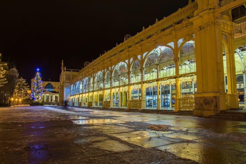 Colonnade et pavillon principaux de ressort d'eau minérale froid - petite ville de Bohème occidentale de station thermale Marians photos libres de droits