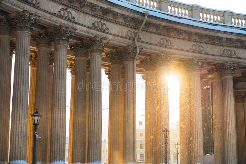 Colonnade met zonsonderganglicht van Kazan Kathedraal in Heilige Petersburg, Rusland royalty-vrije stock fotografie
