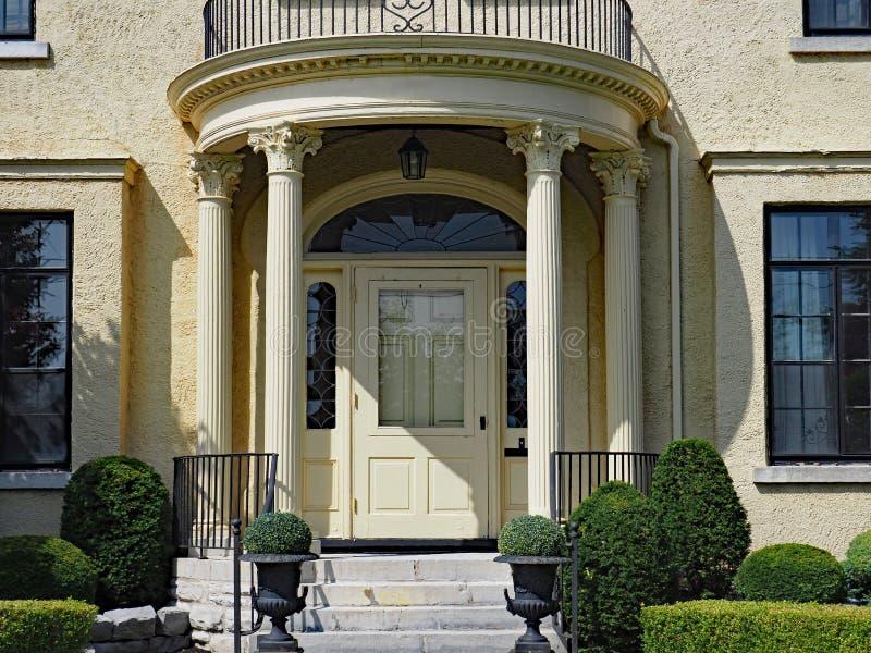 Colonnaded husingång royaltyfria foton