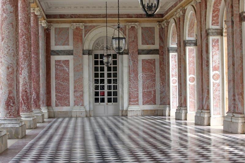 Colonnaded le Trianon grand dans le palais Versailles, France. Le G photos stock