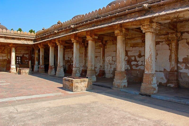 Colonnadedklooster van historisch Graf in Gujarat bij de moskee van Sarkhej Roza in Ahmedabad stock foto's