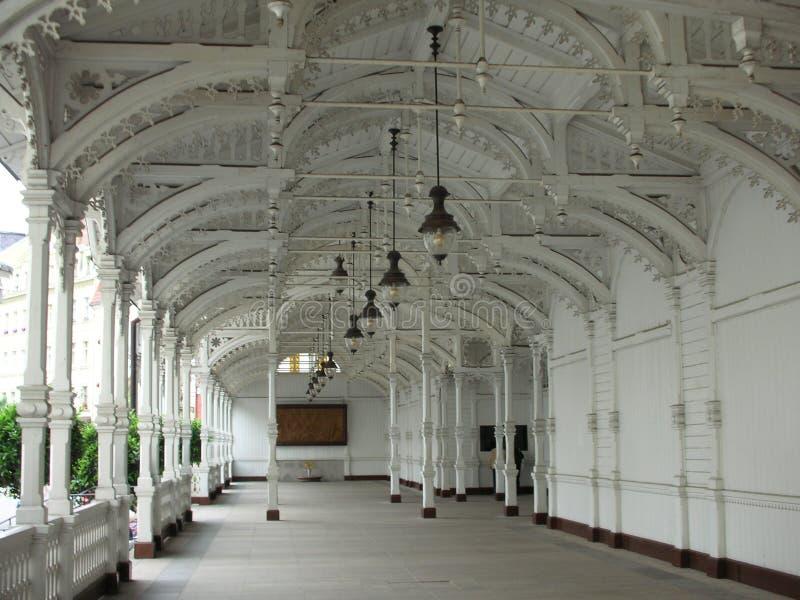 colonnaden inom karlovy varierar arkivbild