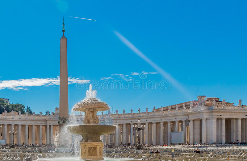 Colonnades et fontaine de place du ` s de St Peter à Vatican Rome images stock