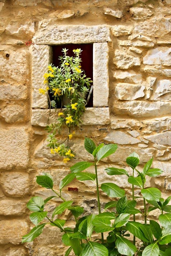 Colonnata, Carrara, Toscana Detalle de las ventanas y de las paredes hechas del mármol blanco extraído de las minas próximas imagen de archivo libre de regalías