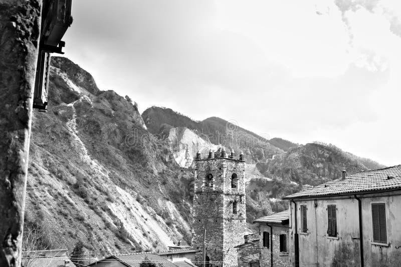 Colonnata Carrara, Tuscany, Italien Klocka torn av kyrkan som byggs med vitmarmorkiselstenar royaltyfri foto