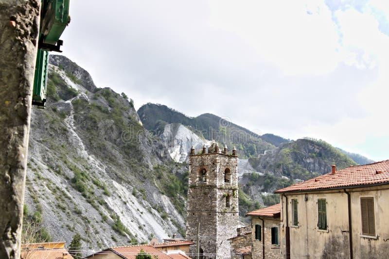 Colonnata Carrara, Tuscany, Italien Klocka torn av kyrkan som byggs med vitmarmorkiselstenar arkivbilder