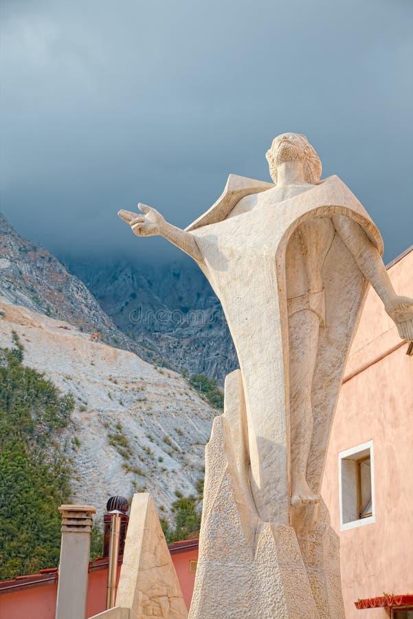 Colonnata central fyrkant, Carrara, Italien som, är berömda för extraktion av för läckerhet` för marmor och för griskött fet Lard royaltyfri foto
