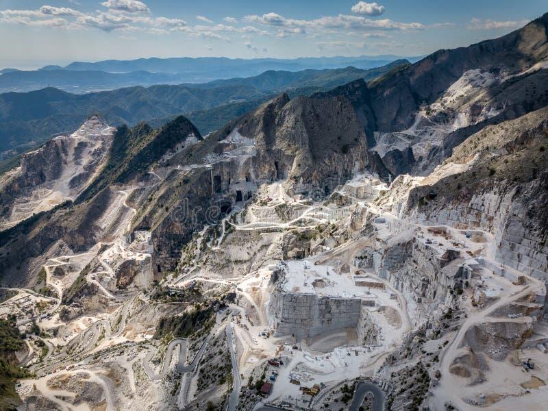 Colonnata by och Carrara berg arkivfoton
