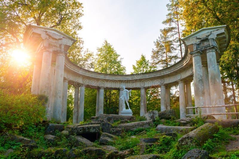 Colonnato di Apollo al territorio del parco di Pavlovsk in Pavlovsk, St Petersburg, Russia fotografie stock libere da diritti