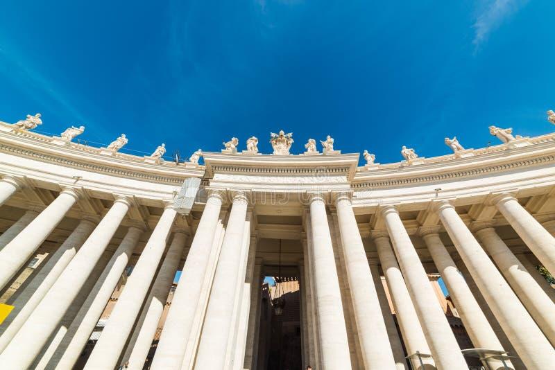 Colonnato nel quadrato di fama mondiale del ` s di St Peter fotografia stock
