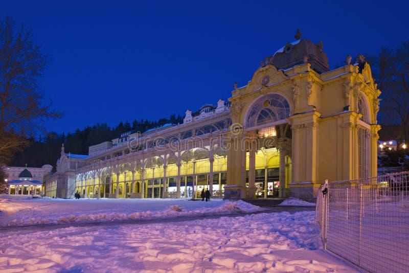 Colonnato principale nell'inverno - Marianske Lazne della stazione termale - la repubblica Ceca fotografia stock