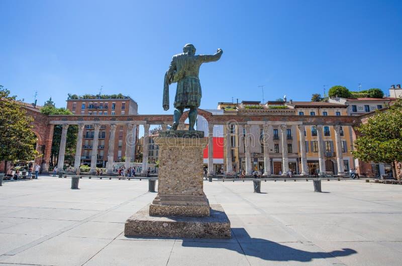 Colonne二圣洛伦佐圣劳伦斯湾与罗马皇帝科斯坦蒂诺的雕象的` s colums在米兰,意大利 库存照片