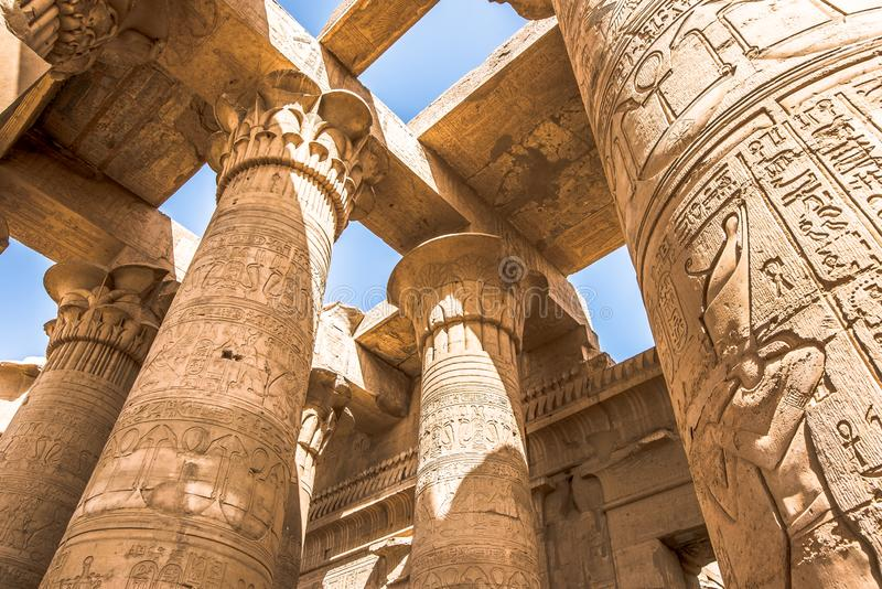 Colonne al tempio di Kôm Ombo, decorato con i geroglifici immagini stock