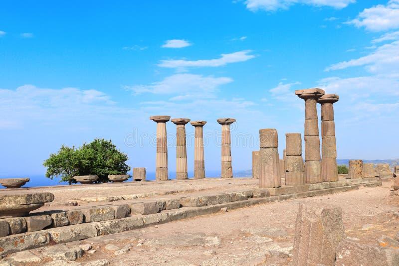 Colonne antiche di Athena Temple, Asso, Canakkale, Turchia fotografia stock