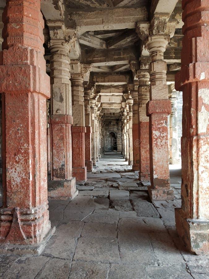Colonne architettoniche nella fila al tempio storico fotografie stock