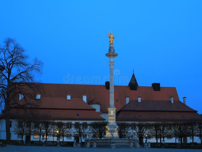 Colonne avec la statue d'or par nuit photo stock