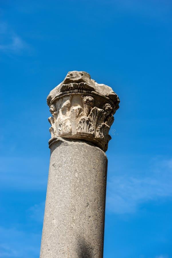 Colonne avec le capital dans le style corinthien - Ostia Antica Rome photo libre de droits