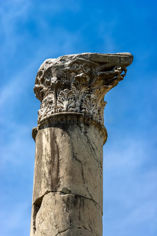 Colonne avec le capital dans le style corinthien - Ostia Antica Rome photographie stock