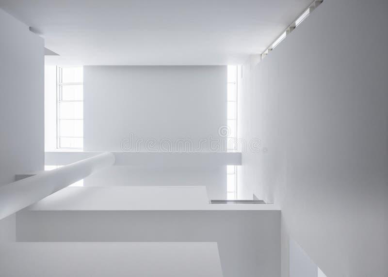 Colonne bianche dei dettagli di architettura che accendono il fondo astratto moderno della costruzione di edifici del tetto fotografie stock libere da diritti