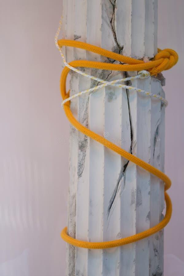 Colonne cassée de gypse attachée avec la corde photos stock