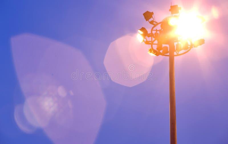 Colonne d'éclairage la nuit photo stock