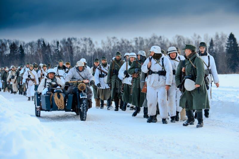 Colonne de l'infanterie de Wehrmacht et des motocyclistes allemands photo libre de droits