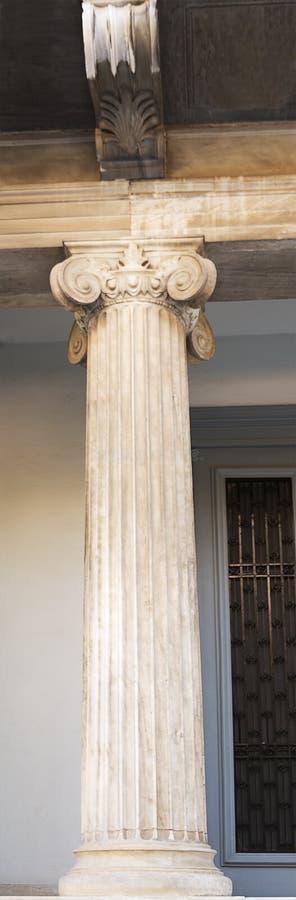 Colonne de marbre de vintage à l'entrée photographie stock libre de droits