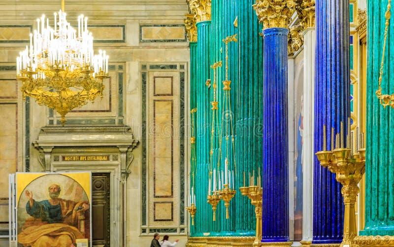 Colonne decorate dell'interno, della malachite e di lapislazzuli nel san Isaac' cattedrale ortodossa russa in San Pietroburg immagini stock libere da diritti
