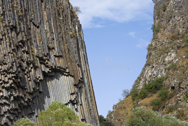 Colonne del basalto conosciute come la sinfonia delle pietre, nella valle di Garni, l'Armenia fotografia stock
