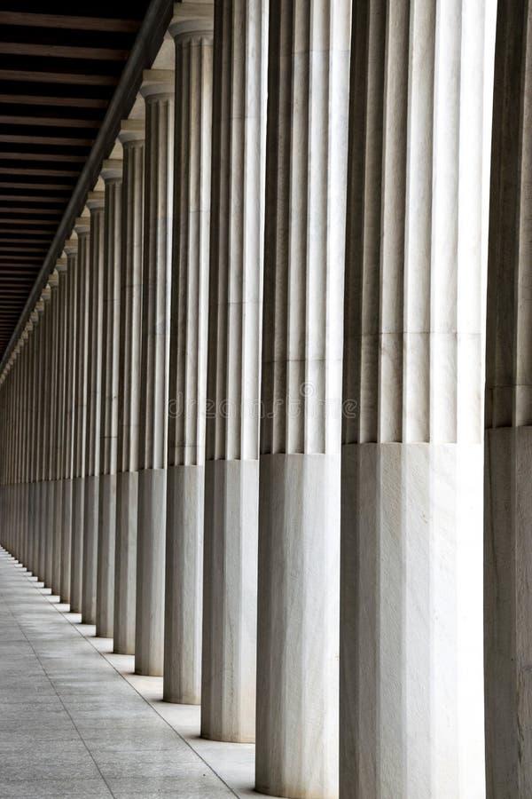 Colonne del greco antico in una fila fotografia stock
