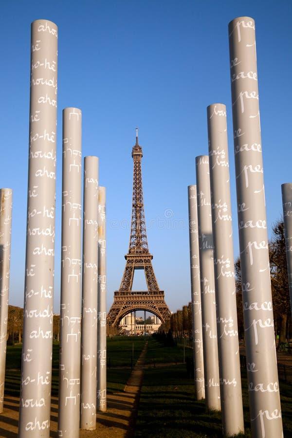Colonne del monumento di pace e della torre Eiffel fotografie stock libere da diritti