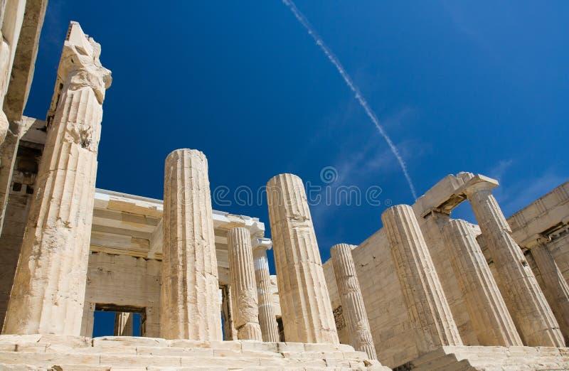 Colonne del propylaea in acropoli Atene Grecia sopra fotografia stock libera da diritti