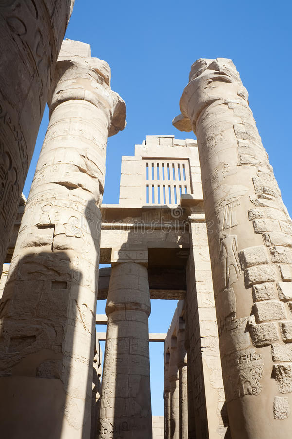Colonne del tempiale di Karnak a Luxor fotografia stock libera da diritti