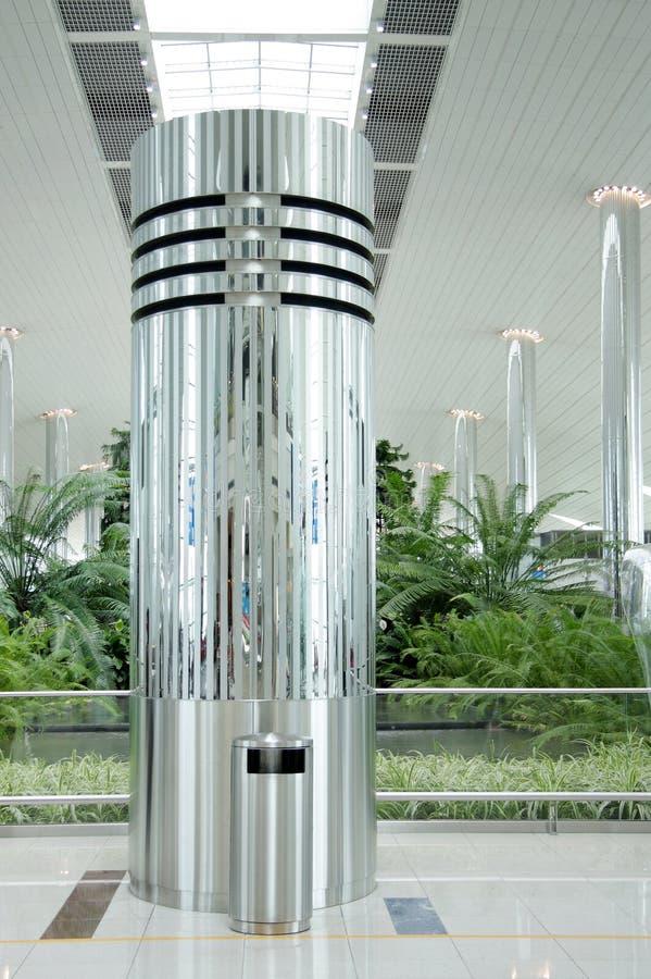 Colonne dell'acciaio inossidabile nell'aeroporto della Doubai fotografia stock libera da diritti