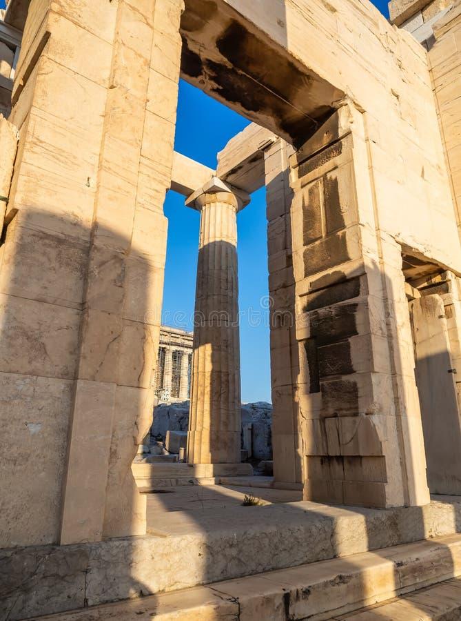 Colonne dell'entrata del portone di Propylaea dell'acropoli, Atene, Grecia contro cielo blu fotografie stock