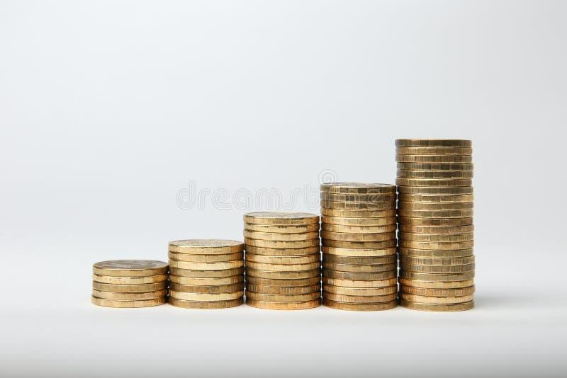 Colonne delle monete di oro isolate su fondo bianco fotografia stock libera da diritti