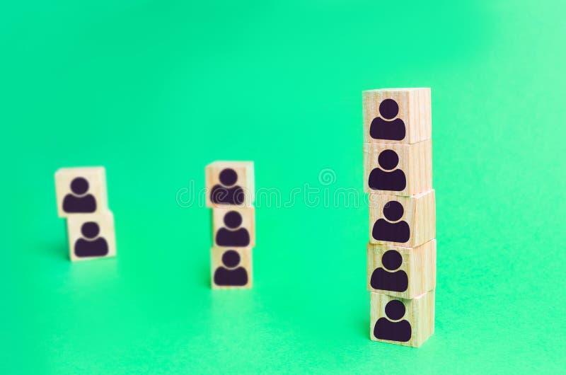 Colonne des cubes d'employés de société recrutement Organisation de travail structure et hiérarchie des affaires Renvoi et locati images stock