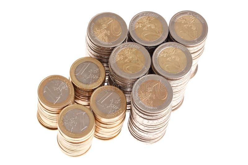 Colonne di euro monete nella figura della freccia in su fotografie stock libere da diritti