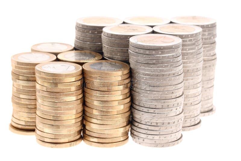 Colonne di euro monete nella figura della freccia in su immagini stock libere da diritti