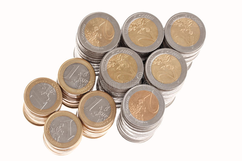 Colonne di euro monete nella figura della freccia in su fotografia stock