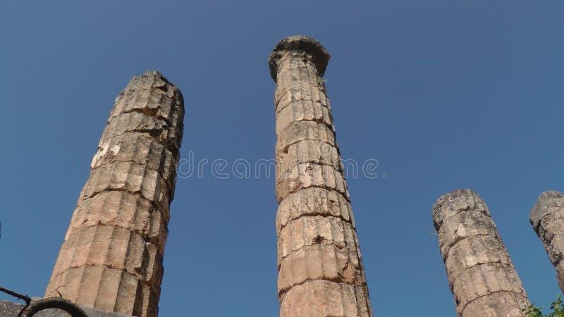 Colonne di marmo nella città di Delfi fotografia stock