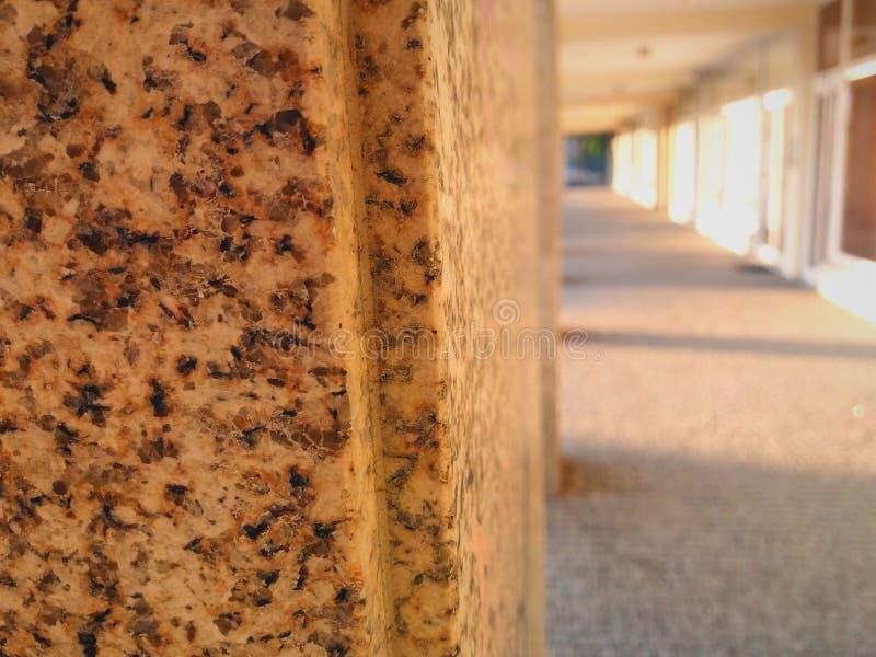 Colonne di pietra in un cortile fotografia stock libera da diritti