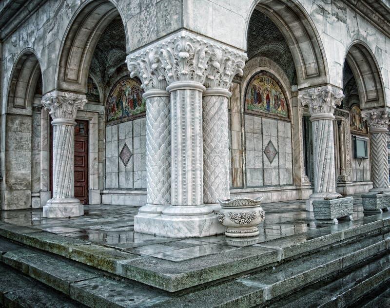 Colonne di vecchia chiesa rumena ortodossa antica immagini stock