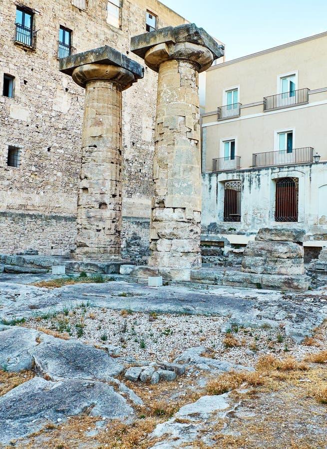 Colonne doriche del tempio di Poseidon a Taranto Apulia, Italia fotografia stock libera da diritti
