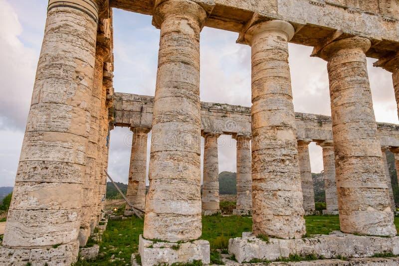 Colonne doriche del tempio greco di Segesta, architettura romana rovinata di civilizzazione antica fotografia stock
