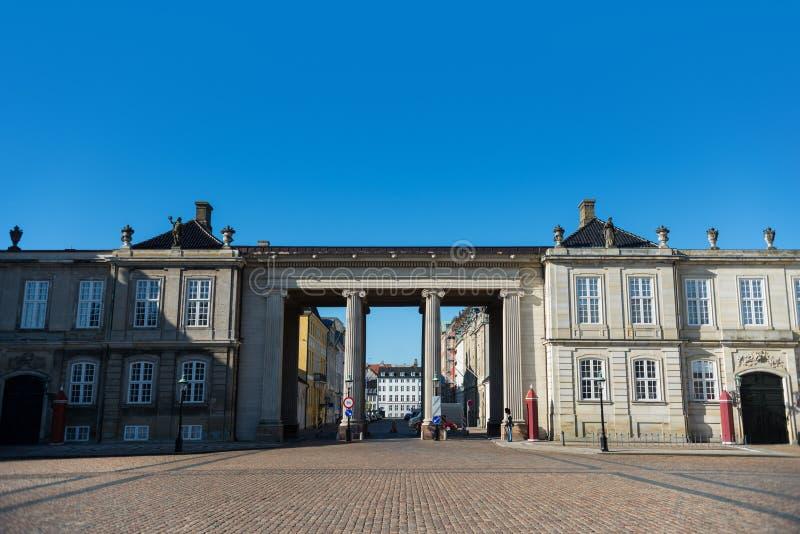 Colonne e costruzioni storiche sul quadrato con pavimentazione, Copenhaghen, Danimarca fotografia stock libera da diritti