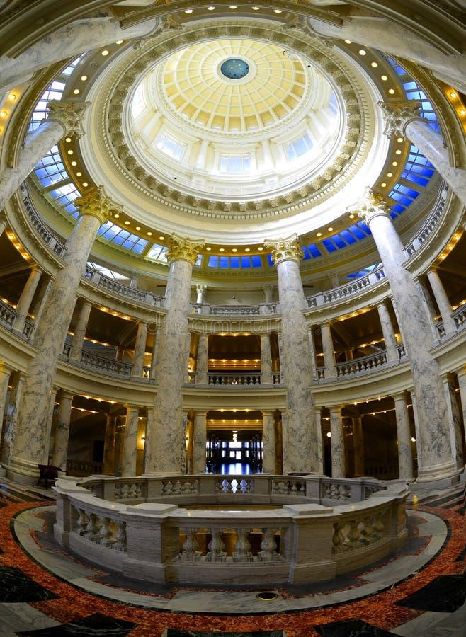 Colonne e cupola interne di costruzione immagini stock libere da diritti