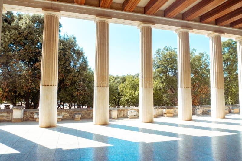 Colonne e giardini del greco antico fotografia stock