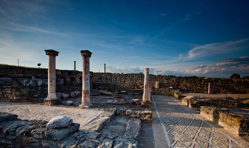 Colonne e mosaico nella città romana antica della st immagini stock